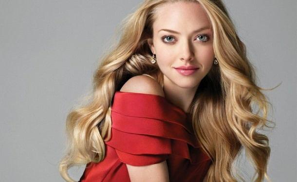 блондинка в красном платья