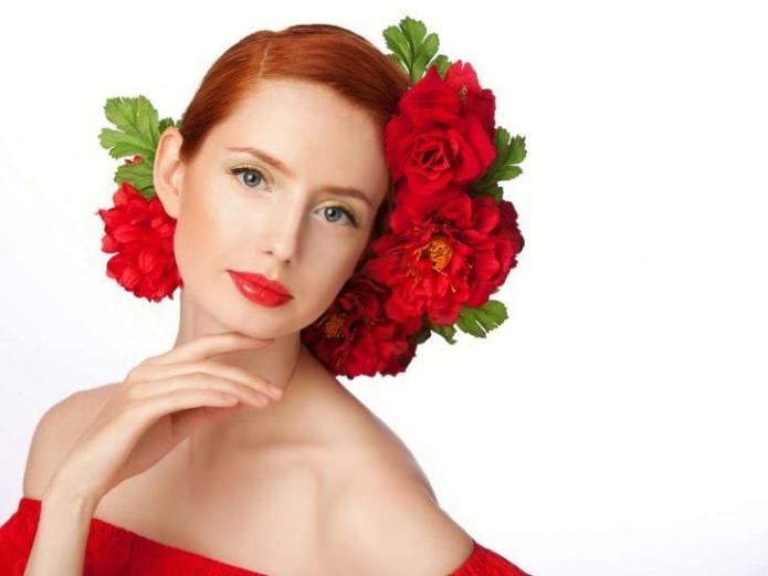 рыжеволосые и красное платье