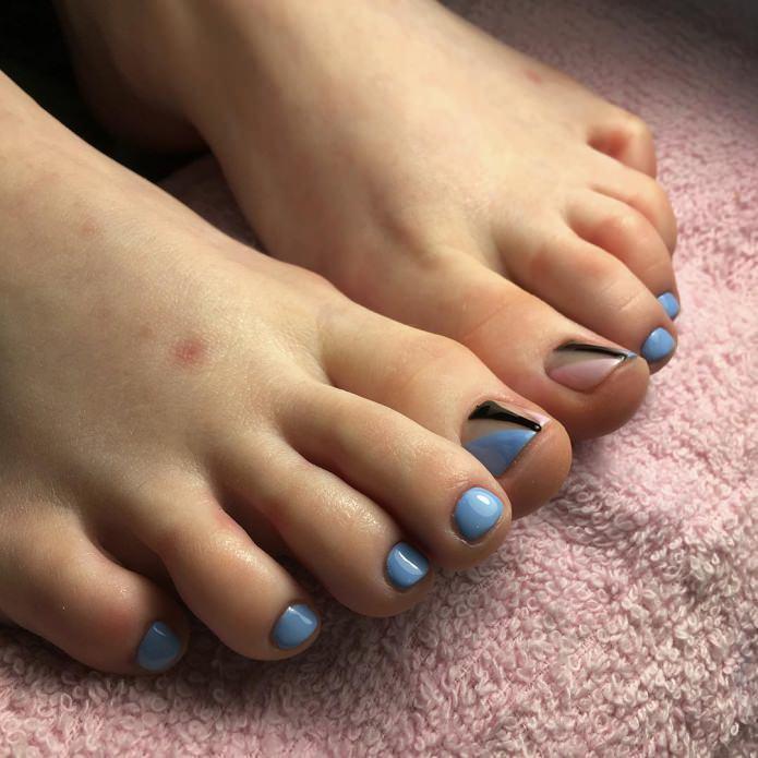 небесно-голубой принт на ногтях