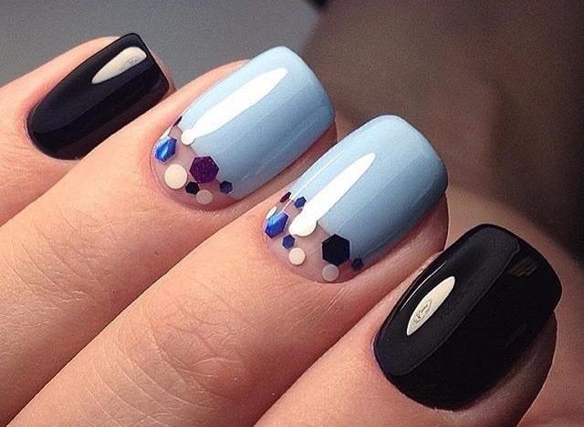 голубой с черными ногтями