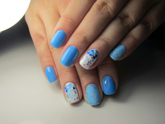 блестки на голубом ногте
