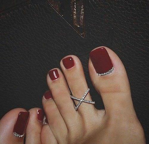 Бордовый дизайн ногтей на ногах
