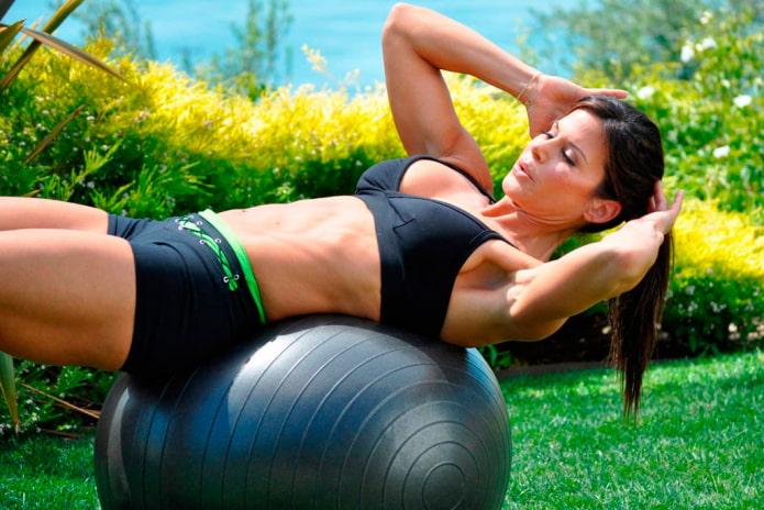 Простые упражнения на фитболе для похудения